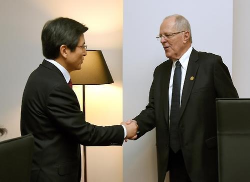 El primer ministro de Corea del Sur, Hwang Kyo-ahn (izda.), y el presidente peruano, Pedro Pablo Kuczynski Godard