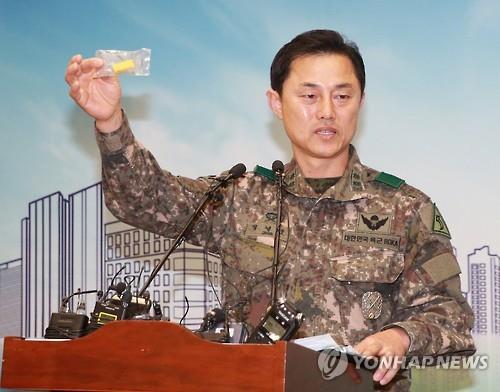 Jung Yeong-ho muestra una de las granadas.
