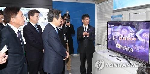 El presidente en funciones y primer ministro, Hwang Kyo-ahn (centro), escucha una explicación sobre los trabajos relacionados con la inteligencia artificial durante su visita, realizada, el 18 de enero de 2017, al complejo de investigación de Daedeok, en la ciudad de Daejeon.