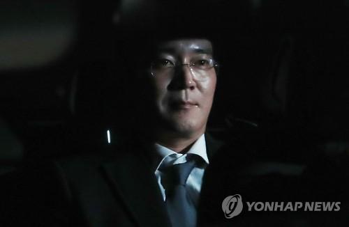 La foto, tomada el 16 de febrero de 2017, muestra a Lee Jae-yong, el vicepresidente de Samsung Electronics Co., en un automóvil que le transporta a un centro de detención, en el sur de Seúl. (Foto de archivo)
