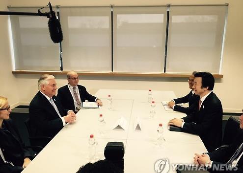 El canciller surcoreano, Yun Byung-se (dcha.), y el secretario de Estado estadounidense, Rex Tillerson, celebran conversaciones, el 16 de febrero de 2017, en Bonn, al margen de la reunión de cancilleres del G-20.