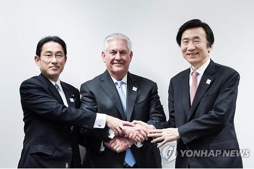 El ministro de Asuntos Exteriores de Corea del Sur, Yun Byung-se (dcha.), el secretario de Estado de Estados Unidos, Rex Tillerson (centro), y el ministro de Asuntos Exteriores de Japón, Fumio Kishida