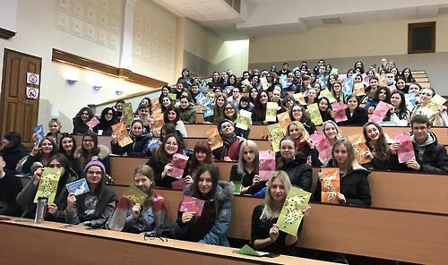Los estudiantes ucranianos sostienen panfletos de promoción de Corea del Sur, distribuidos por VANK en diciembre del 2016.