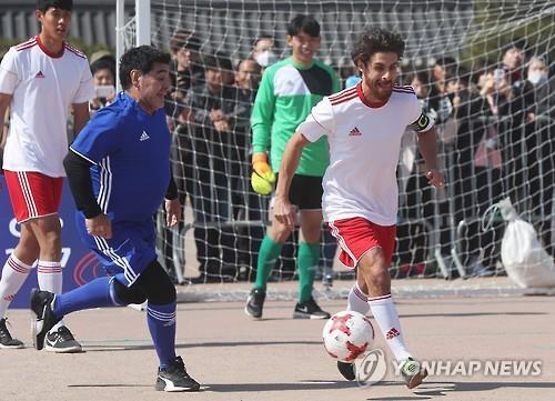 Diego Maradona (izq.) corre tras Pablo Aimar durante un partido de futbito celebrado, el 14 de marzo del 2017, una plaza frente al palacio de Hwaseong Haenggung, en Suwon, en la provincia de Gyeonggi.
