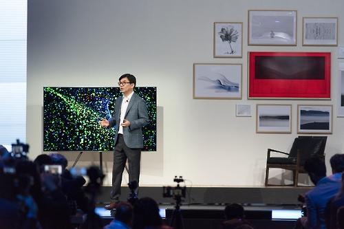 """Kim Hyun-suk, director de la unidad de negocio de pantallas de visualización de Samsung, presenta la nueva línea de televisores """"QLED"""" en Francia, el 14 de marzo de 2017 (hora local)."""
