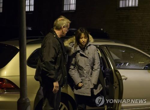 Chung Yoo-ra (dcha.), hija de Choi Soon-sil, la amiga íntima de la expresidenta surcoreana Park Geun-hye (foto de archivo)