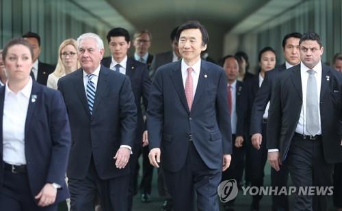 El secretario de Estado de Estados Unidos, Rex Tillerson (2º por la izq.) y el canciller de Corea del Sur, Yun Byung-se (2º por la dcha.) caminan hacia el edificio de la Cancillería de Seúl para mantener una rueda de prensa, el 17 de marzo del 2017.