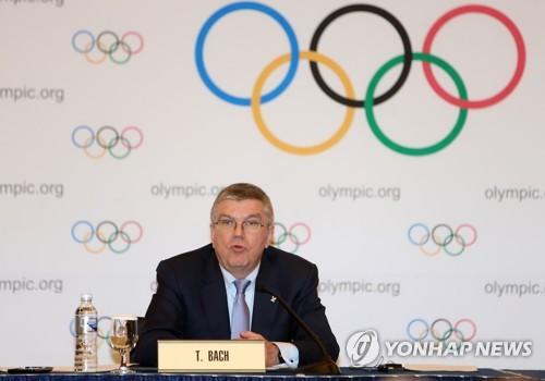 El presidente del Comité Olímpico Internacional (COI), Thomas Bach, habla durante una conferencia de prensa, el 17 de marzo de 2017 en PyeongChang, a unos 180 kilómetros al este de Seúl.