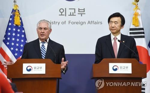Rex Tillerson (izq.) y Yun Byung-se durante la rueda de prensa