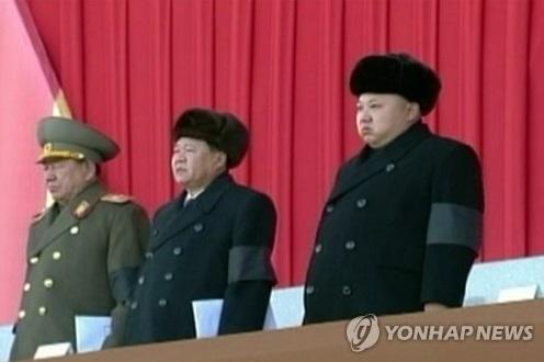 La foto revelada el 17 de diciembre de 2014 por la Agencia Central de Noticias de Corea del Norte, muestra al líder norcoreano Kim Jong-un (dcha.), Choe Ryong-hae (cen.), vicepresidente del partido que gobierna Corea del Norte, y Hwang Pyong-so (izda.), director del Buró de Política General del Ejército Popular Norcoreano (KPA). (Uso exclusivo dentro de Corea del Sur. Prohibida su distribución parcial o total)