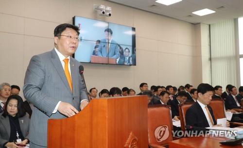 El ministro de Comercio, Industria y Energía surcoreano, Joo Hyung-hwan, habla durante una sesión parlamentaria celebrada, el 20 de marzo de 2017, en Seúl.