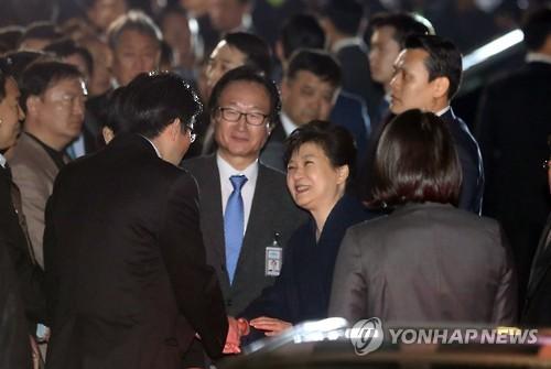 La expresidenta Park Geun-hye llega a su residencia privada, el 12 de marzo de 2017, dos días después de ser destituida por el Tribunal Constitucional.