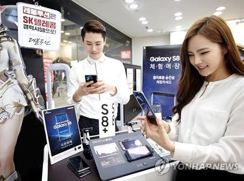 En la imagen, proporcionada el 2 de abril de 2017 por SK Telecom Co., se muestra a los modelos posando con el nuevo Galaxy S8 en Seúl.
