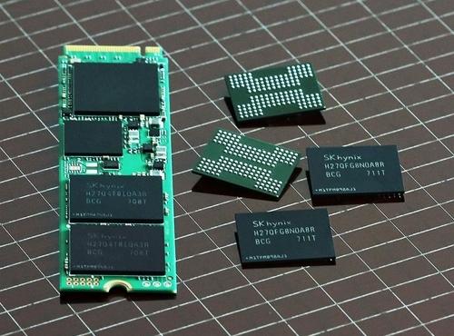 En la imagen se muestra un SSD de 1 TB en desarrollo de SK hynix Inc., en el que se aplicaron los chips de memoria 3D flash NAND de 72 capas.