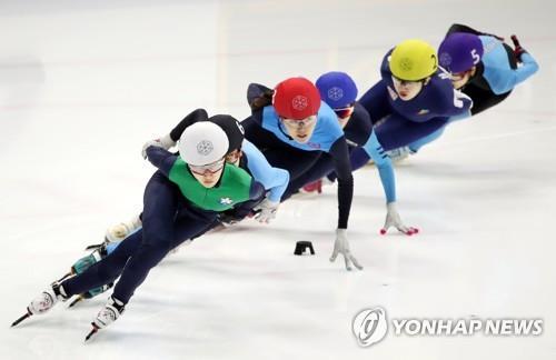 Patinadoras surcoreanas participan en una competición en Seúl el 9 de abril de 2017.