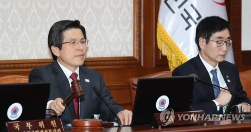 El presidente en funciones y primer ministro surcoreano, Hwang Kyo-ahn (izq.), en una reunión del Gabinete celebrada, el 18 de abril del 2017, en el complejo gubernamental en Seúl.