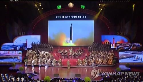 La imagen, capturada el 18 de abril del 2017 de la Estación Central de Televisión de Corea del Norte, muestra el lanzamiento de un misil balístico Musudan de alcance intermedio, durante una representación del coro estatal norcoreano. (Uso exclusivo dentro de Corea del Sur. Prohibida su distribución parcial o total)