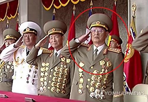 Kim Won-hong, marcado con un círculo rojo, realiza un saludo militar durante el desfile del sábado, en una imagen capturada de la Estación Central de Televisión de Corea del Norte. (Uso exclusivo dentro de Corea del Sur. Prohibida su distribución parcial o total) (Yonhap)