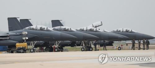 Los aviones de combate F-4E se preparan para despegar, el 20 de abril del 2017, en la Base Aérea de Kunsan, durante las maniobras Max Thunder.