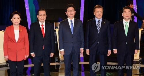 De izda. a dcha.: Sim Sang-jeung del Partido para la Justicia; Hong Joon-pyo del Partido de Libertad Surcoreana; Yoo Seong-min, del Partido Bareun; Moon Jae-in del Partido Democrático; y Ahn Cheol-soo del Partido Popular.