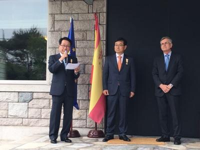 (De izda. a dcha.): El expresidente de Korean Air, Chi Chang-hoon; el expresidente de SK Lubricants, Lee Gi-wha; y el embajador español ante Seúl, Gonzalo Ortiz Díez-Tortosa (foto cortesía de la Embajada de España ante Corea del Sur)