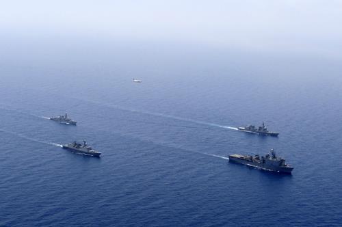 Los navíos de Corea del Sur Estados Unidos Japón y el Reino Unido participan en un ejercicio conjunto en las aguas del golfo de Adén