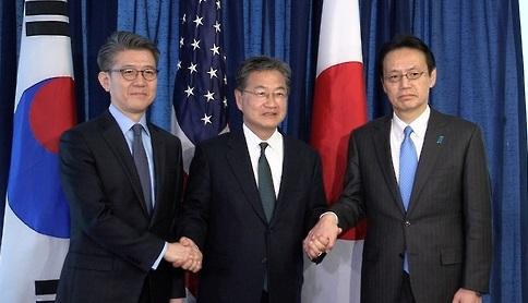 Kim Hong-kyun (izda), representante especial para los asuntos de paz y seguridad del Ministerio de Asuntos Exteriores surcoreano, y sus homólogos estadounidense y japonés -Joseph Yun (centro) y Kenji Kanasugi- (foto de archivo)