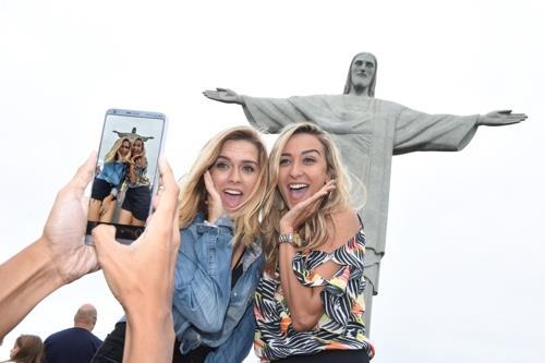 Unas modelos posan con el teléfono inteligente G6 de LG Electronics Inc. en la fotografía, tomada por la firma, el 11 de mayo del 2017, en Brasil.