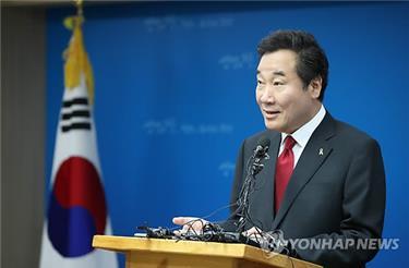Lee Nak-yon, designado como primer ministro de Corea del Sur y actual gobernador de la provincia de Jeolla del Sur, habla durante una conferencia de prensa celebrada, el 11 de mayo de 2017, en una oficina provincial de Muan, a 385 kilómetros al sur de Seúl.