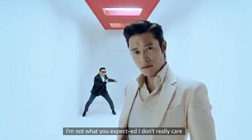 """Imagen capturada del videoclip de la canción """"I Luv It"""" (Me encanta)"""
