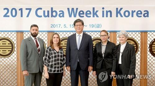 """En la imagen, proporcionada, el 15 de mayo de 2017, por la Agencia para la Promoción del Comercio e Inversión de Corea del Sur, el jefe de la agencia, Kim Jae-hong (centro), posa ante la cámara junto con los representantes de la parte cubana, en la oficina de la agencia surcoreana, en el sur de Seúl, con ocasión de la """"Semana de Cuba""""."""