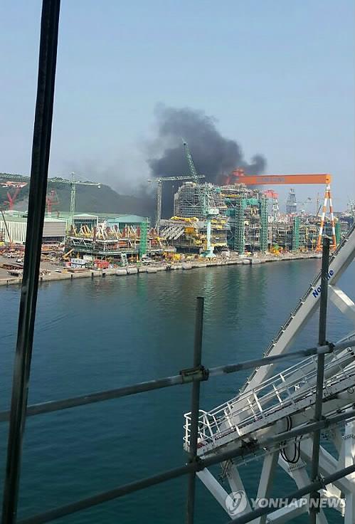 Humo negro elevándose desde el astillero de Samsung Heavy en Geoje, el 17 de mayo de 2017.