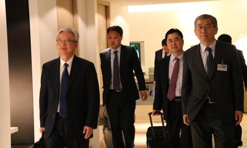 La delegación liderada por Cho Yoon-je (primero por la izda.), enviado especial ante la Unión Europea y Alemania del presidente surcoreano Moon Jae-in, llega a Bruselas el jueves (hora local).