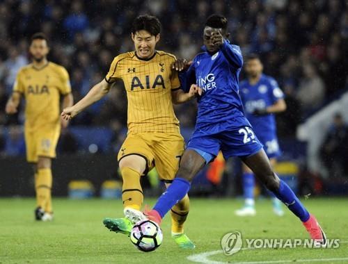 El alero surcoreano Son Heung-min (izq.), del equipo Tottenham Hotspur, en un partido contra el Leicester City, jugado el 18 de mayo del 2017 (hora local).