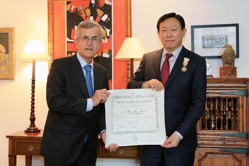 El presidente de Lotte, Shin Dong-bin (dcha.), junto con el embajador de España ante Corea del Sur, Gonzalo Ortiz Díez-Tortosa