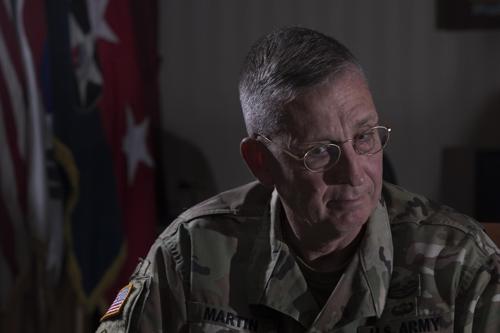 El teniente general de la Segunda División de Infantería del Ejército estadounidense ante Corea del Sur, Theodore D. Martin
