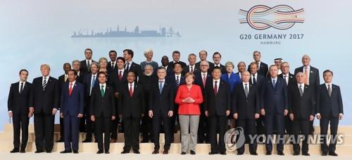Los líderes participantes en la cumbre del G-20 posan para una fotografía, el 7 de julio de 2017 (hora local), en Hamburgo, Alemania.