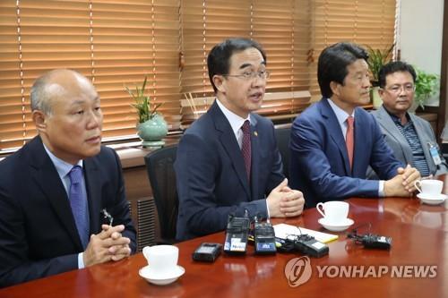 El ministro de Unificación, Cho Myoung-gyon (2º por la izq.), en una reunión con los representantes de las firmas locales que operaban fábricas en el Complejo Industrial de Kaesong, actualmente suspendido.