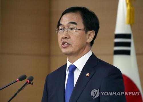 El ministro de Unificación, Cho Myoung-gyon, habla de un seguimiento a la reciente propuesta de paz del presidente Moon Jae-in durante una sesión informativa, celebrada, el 17 de julio de 2017, en el complejo gubernamental, en Seúl.