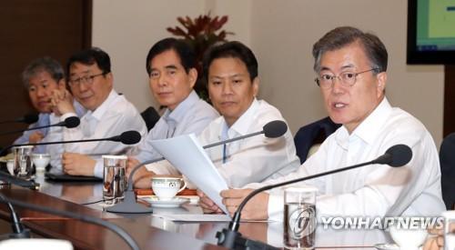 El presidente Moon Jae-in (dcha.) habla durante una reunión con los jefes secretarios presidenciales, celebrada, el 17 de julio de 2017, en la oficina presidencial, Cheong Wa Dae, en Seúl.