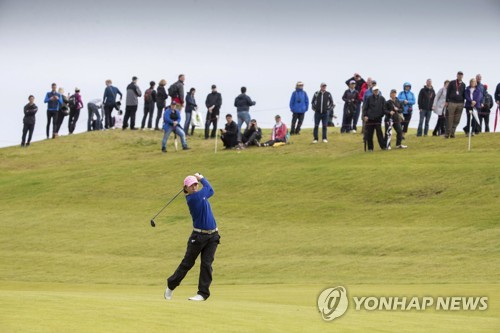 La golfista surcoreana Kim In-kyung lanza un golpe durante el Abierto Británico Femenino Ricoh celebrado, el 6 de agosto de 2017 (hora local), en el campo de golf Kingsbarns Golf Links de Fife, Escocia. (AP-Yonhap)