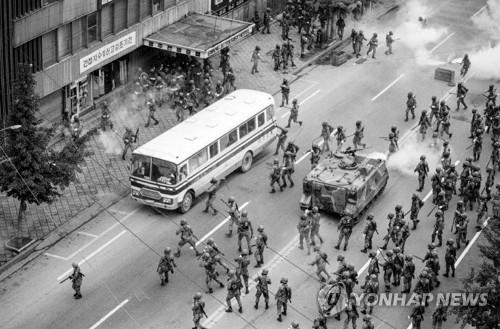 En la imagen, publicada el 10 de agosto de 2017 por la Fundación Memorial del 18 de mayo, se muestra una de las fotografías tomadas por Jurgen Hinzpeter durante el levantamiento prodemocrático de Gwangju.