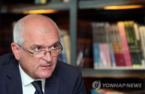 El presidente de la Asamblea Nacional de Bulgaria, Dimitar Borisov Glavchev, habla, el 22 de agosto de 2017, durante una entrevista mantenida con la Agencia de Noticias Yonhap en un hotel de Seúl.