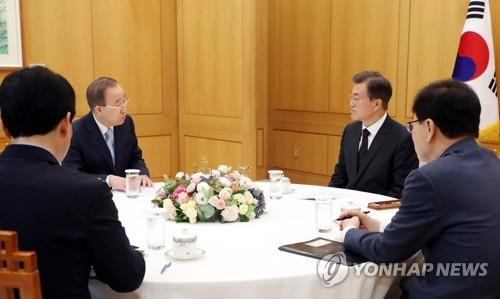 El presidente, Moon Jae-in (2º por la dcha.), en una reunión con el exjefe de las Naciones Unidas, Ban Ki-moon (2º por la izq.), celebrada, el 11 de septiembre del 2017, en Seúl.