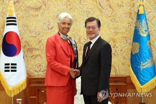 El presidente surcoreano, Moon Jae-in (dcha.), y la directora gerente del Fondo Monetario Internacional (FMI), Christine Lagarde
