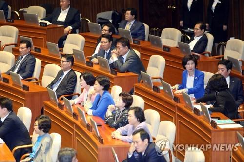 Los legisladores asisten a una sesión plenaria en la Asamblea Nacional, el 11 de septiembre de 2017, en Seúl.