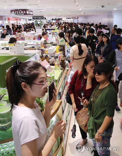 Turistas extranjeros de compras en una tienda libre de impuestos local (foto de archivo)