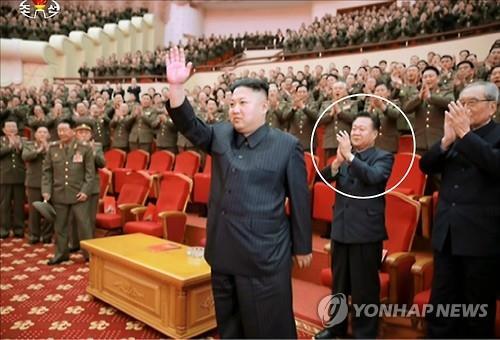 En esta imagen de archivo, Choe Ryong-hae (en el círculo) aplaude durante una actuación del 70º aniversario del establecimiento del Coro Estatal Benemérito de Corea del Norte en el Teatro del Pueblo en Pyongyang, el 22 de febrero de 2017.
