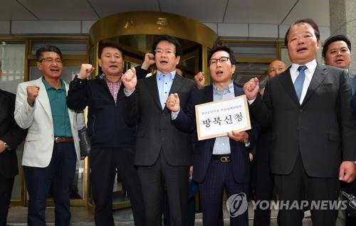 El 12 de octubre del 2017, los empresarios surcoreanos que operaban fábricas en el Complejo Industrial de Kaesong, en Corea del Norte, solicitan el permiso del Gobierno para visitar el parque intercoreano a fin de revisar si Corea del Norte reanudó la operación de la zona sin su permiso.