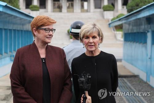 Las ministras de Asuntos Exteriores y de Defensa de Australia, Julie Bishop (dcha.) y Marise Payne, respectivamente, durante su visita a la aldea del armisticio intercoreano de Panmunjom, el 12 de octubre del 2017.